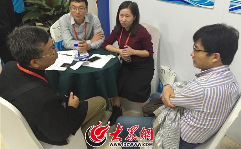 国内博士后正在与相关部门人员进行项目对接洽谈.jpg