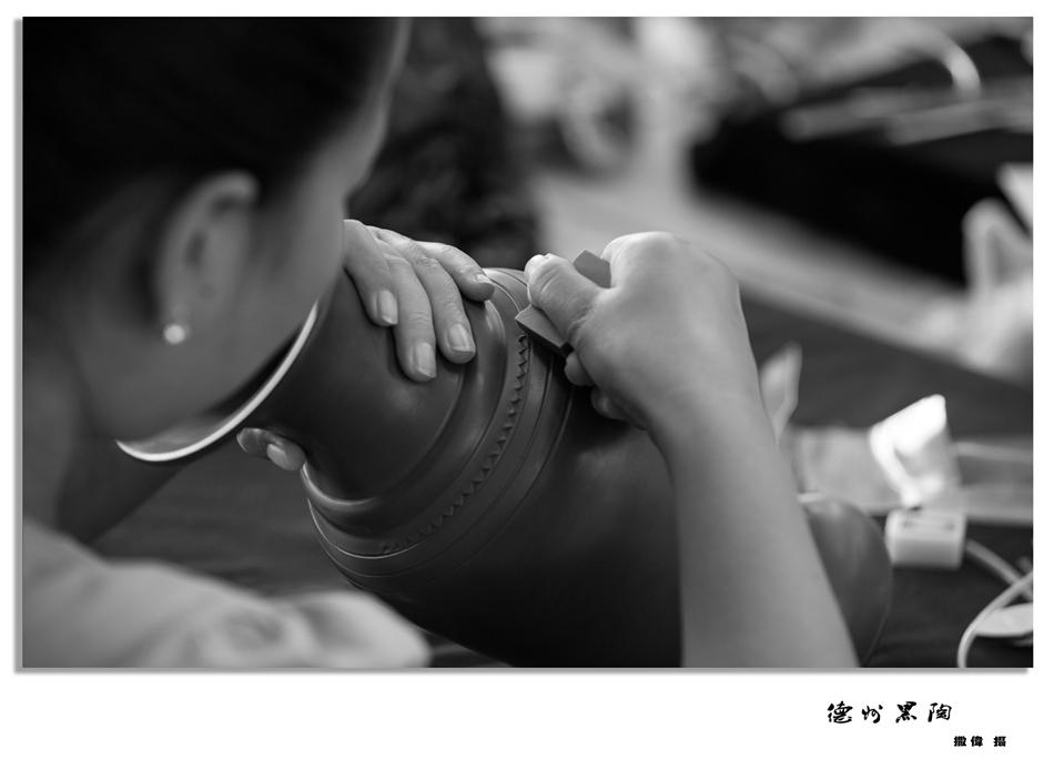 德州黑陶是一种无釉陶器,采用京杭运河两岸的红胶泥作原料,用传统的手工轮制成型,在坯体的晾干过程中压光,雕刻然后烧成。