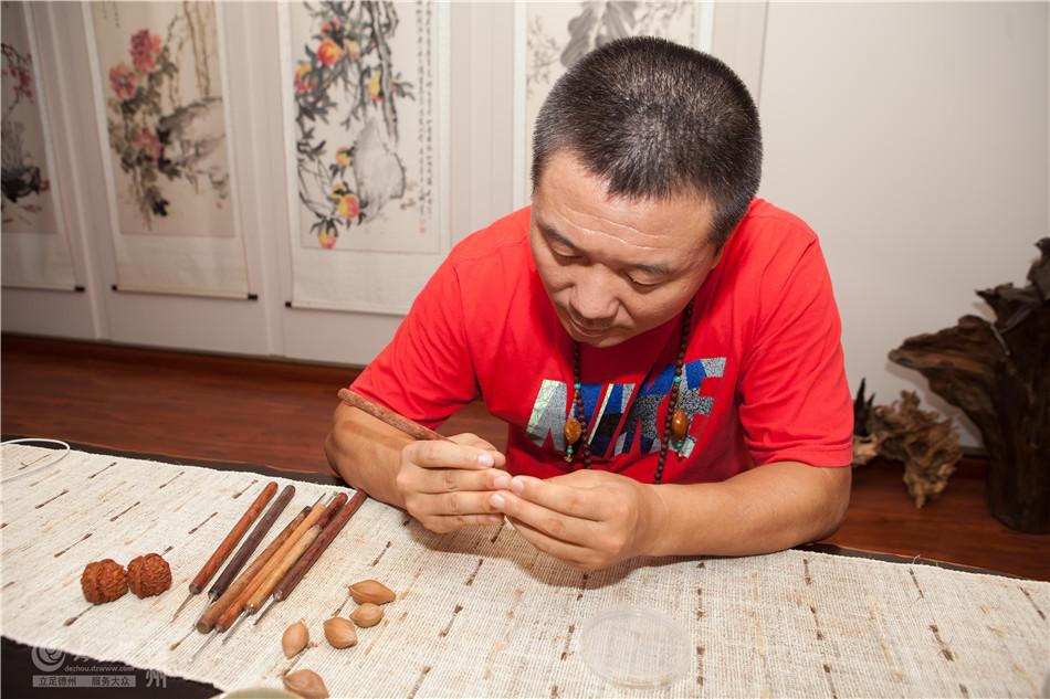 说起刘铁成与核雕结缘,要追溯到十多年前那一次旅游,使他邂逅了小小的橄榄核。他仔细端详,发现方寸间竟能有这么多变化,这让他兴趣大增,自此便沉迷其中了。