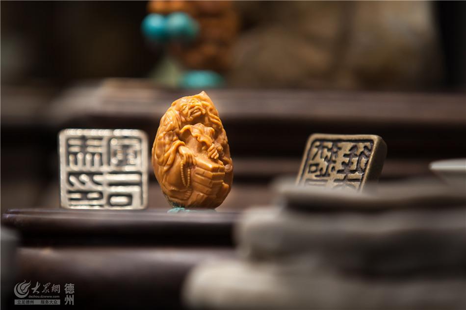 """刘铁成在多年的创作过程中不断创新突破,不断追求更高雕刻境界。他经常说,""""每一个作品都不重复,绝不做雕一辈子罗汉金刚的工匠。求奇、求怪、求唯一。这既是尊重作品也是尊重自己!"""""""