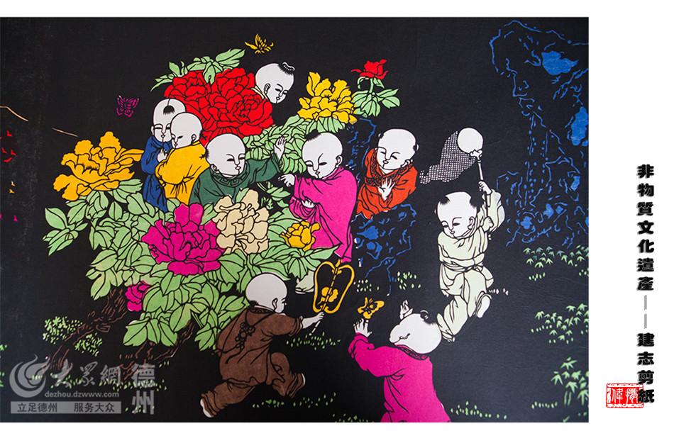 长达8米的《清明上河图》、彩色剪纸《百子图》……在张建志的工作室里,一幅幅多年剪刻的作品被张建志珍藏着。(大众网记者 撒伟 摄)