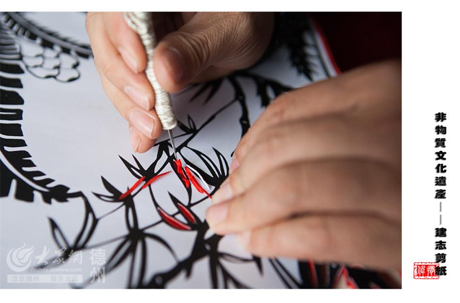 为了追逐剪纸梦想,张建志一度前往北京、佛山、台湾等地拜师学艺,不断提升着自己的剪纸技艺。(大众网记者 撒伟 摄)