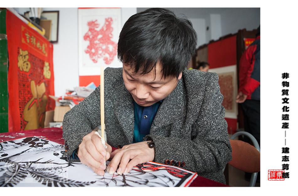 张建志生于禹城市一个剪纸世家,打小就喜欢拿起剪刀,在一张张红纸上剪裁心中的世界,长大后从事过管理等工作,但是手中的剪刀一直没有放下。(大众网记者 撒伟 摄)