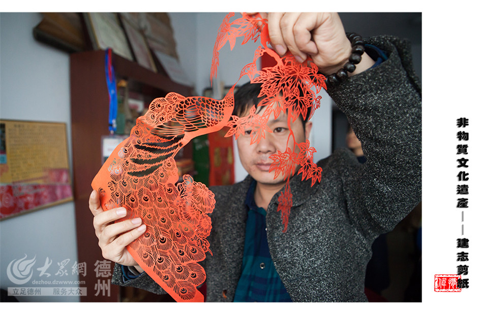 剪纸是一种用剪刀或刻刀在纸上剪刻花纹,用于装点生活或配合其他民俗活动的民间艺术。2014年底,张建志剪纸成功入选市级非物质文化遗产代表性项目。(大众网记者 撒伟 摄)