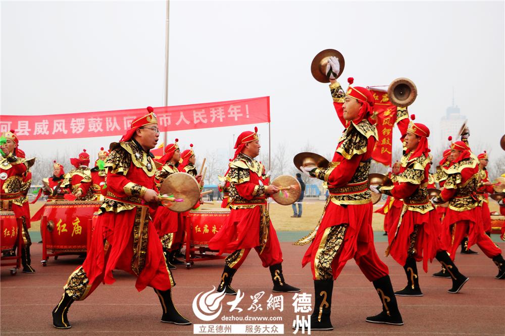 """齐河县代表队带来锣鼓表演《威风锣鼓》。威风锣鼓是古老的民间艺术形式,由于它击奏多姿,威武雄壮,所以俗称为""""威风锣鼓""""。(见习记者 刘龙凤i额 摄)"""