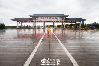 5月16日上午9时许,随着工作人员移开临时路障,一辆辆机动车顺利穿行大桥,标志着齐河黄河大桥正式通车。(大众网记者 撒伟 摄影报道)