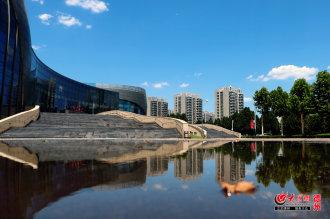 6月28日,在前几天一场飘洒的雨后,欧博娱乐迎来美好的一天。晴朗湛蓝的天空,几片薄薄的白云在随风飘游。受环境的熏陶,大众网记者用镜头记录了城区美好时刻。快来感受一下身边的美景吧!