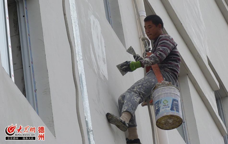 粉刷工正在作业.JPG