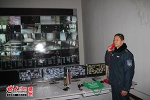 李长征正在打电话联系流动保安.JPG