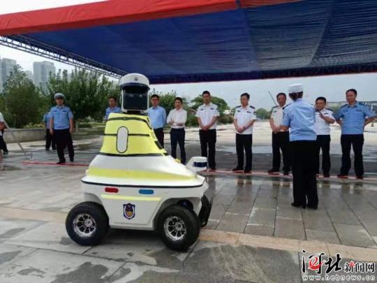国内首批机器人交警上岗