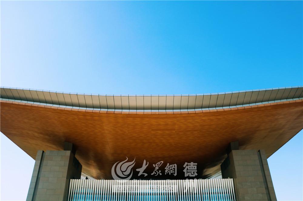 """第二届""""中国国际太阳能十项全能竞赛""""将于8月2日在德州正式拉开序幕。5月30日,大众网记者探营大赛场地――太阳能德州小镇。高峻刚直的""""太阳阁"""",两侧上翘,棱角分明,体现出秩序分明的几何美感。"""