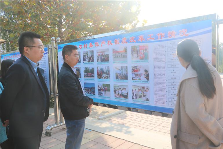 乐陵市经管局工作人员向采访团介绍全市农村集体产权制度改革工作