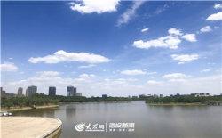 蓝蓝的天空与湖面相得益彰,构建了一幅和谐画面。.JPG